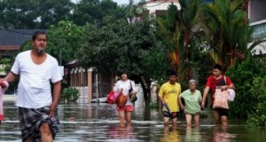 Из-за сильного наводнения малазийцы вынуждены покинуть дома.
